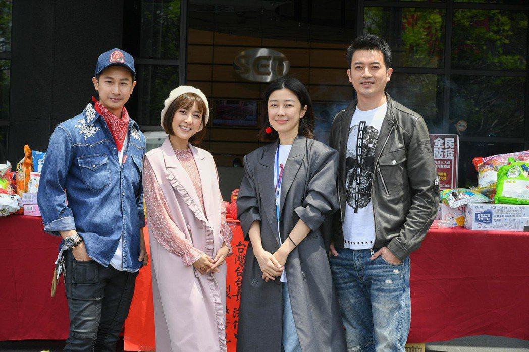 邱凱偉(左起)、大元、李維維、田家達為「羅雀高飛」開鏡。圖/三立提供