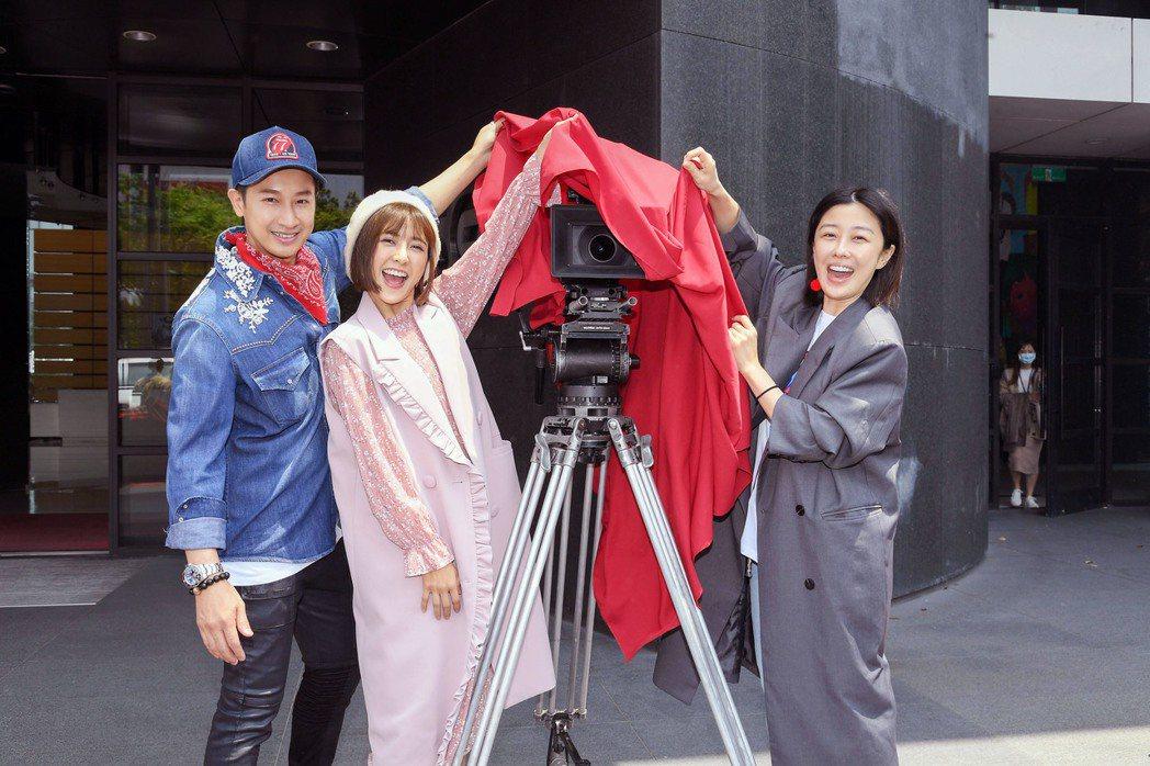 邱凱偉(左起)、大元、李維維為「羅雀高飛」開鏡。圖/三立提供