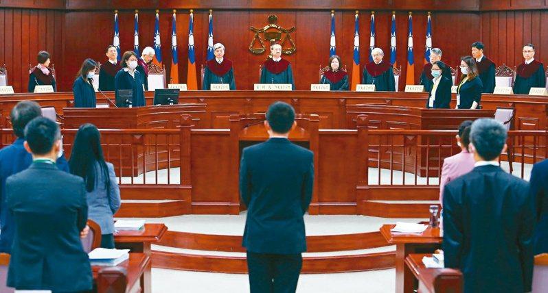 通姦除罪釋憲大辯論,針對通姦罪是否違憲,司法院大法官日前在憲法法庭召開言詞辯論庭,十五位大法官全員到齊。 圖/聯合報系資料照片