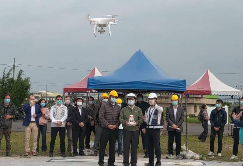 交通部長林佳龍第一次嘗試無人機飛行,他坦承「非常緊張」,但是在專人指導下,終於完成試飛初體驗。記者戴永華/攝影