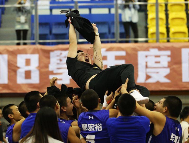 大倫相隔11年再摘JHBL男甲冠軍,球員將教練陳弘澤拋到空中。圖/名衍行銷提供