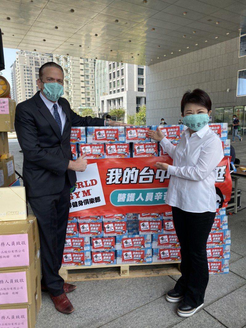 World Gym捐1萬瓶運動飲料給台中醫護人員,台灣區總裁柯約翰(左)代表捐贈,市長盧秀燕致謝。記者陳秋雲/攝影