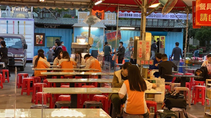 苗栗市英才夜市今起實施防疫措施,美食區桌子攤商禁止併桌,並放置隔板,做好安全距離。記者劉星君/攝影