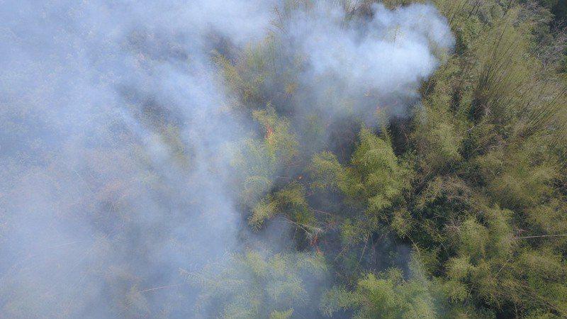 台南市左鎮、玉井山區林班地發生山林大火,空勤總隊直升機支援從空中灑水滅火。圖/台南市消防局提供