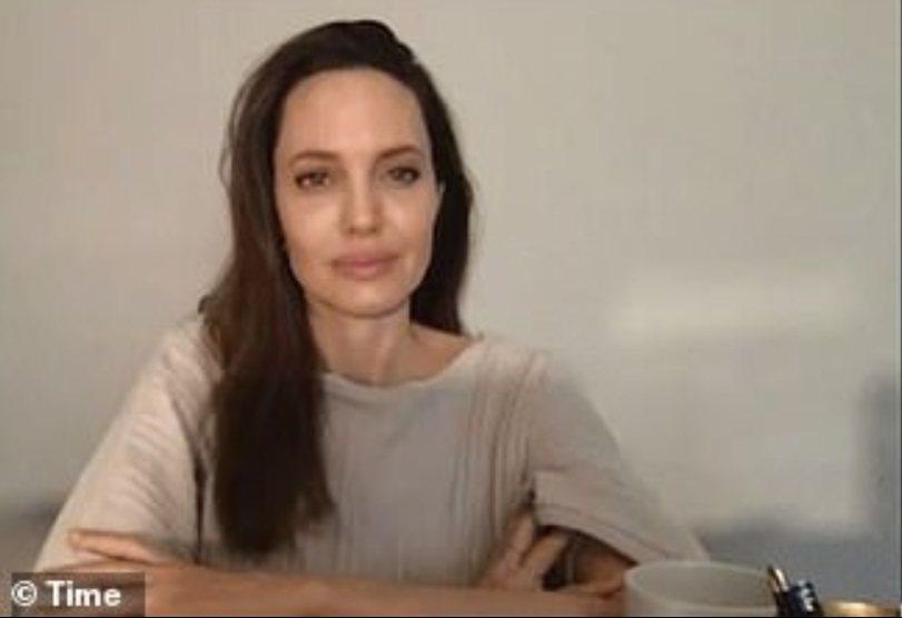安琪莉娜裘莉在家中直播談話,希望大家在疫情期間多多注意、關愛彼此。圖/摘自Tim
