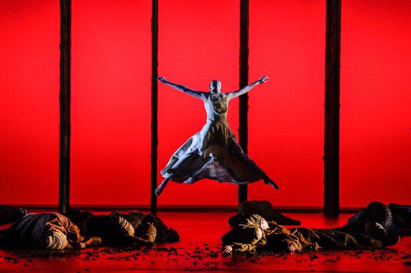 奧地利林茲國家劇院舞團藝術總監林美虹創作的舞劇「新娘妝」。圖/公視提供