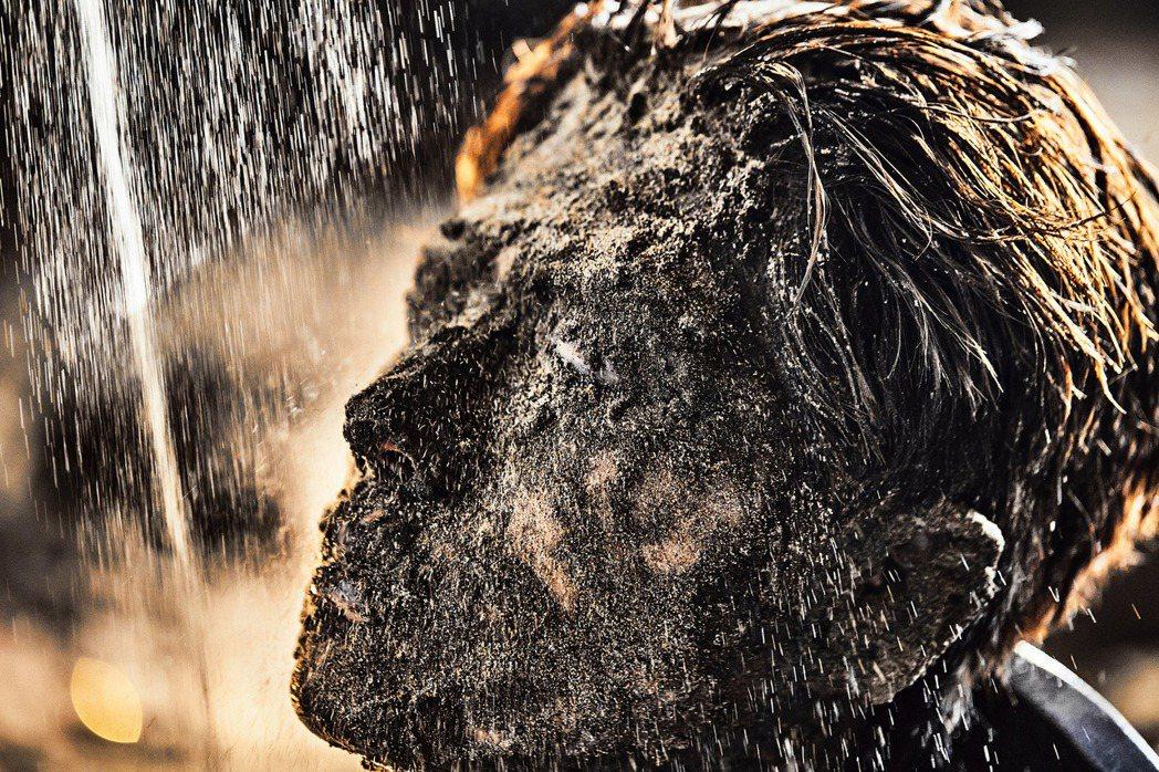陳學冬被風沙覆臉,吞沙快被窒息。圖/種子音樂提供