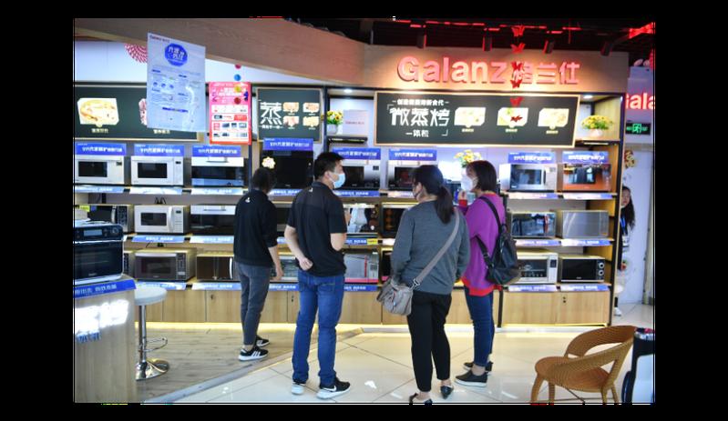 福州市將向市民發放1.5億元消費券,圖為早前已發放消費券的昆明市民在蘇寧賣場選購商品。中新社