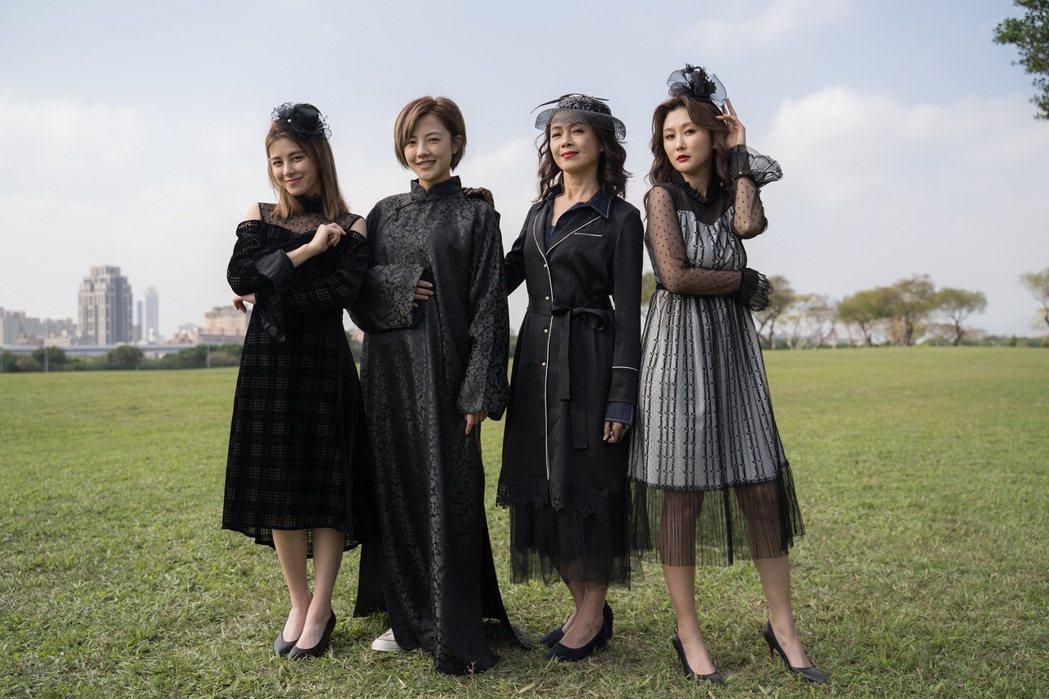 陳珮騏(右起)、柯淑勤、小8張允曦、劉宇珊全員穿上黑衣在草原上拍戲。圖/東森提供