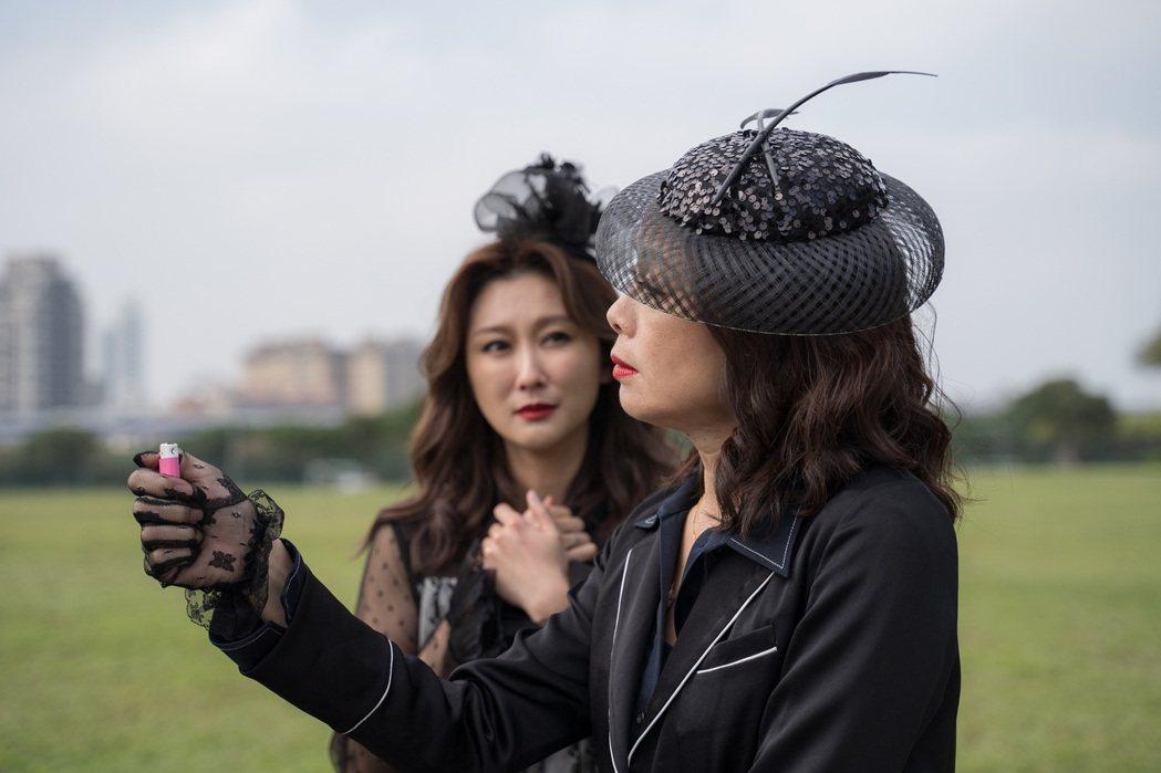 柯淑勤(右)、陳珮騏一襲黑衣演出「姊妹們  追吧」。圖/東森提供