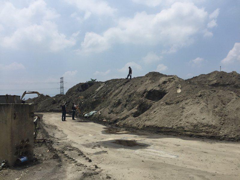 稽查人員量測廢棄物高度。圖/環保署提供