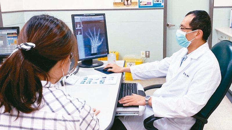 陳俊銘提醒,類風濕性關節炎患者如確診,務必持續接受治療,不要擔心藥物副作用而拖延治療的黃金期。 圖/陳俊銘提供