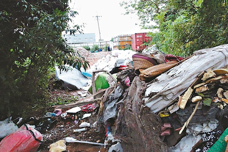 新北市泰山區南林路與桃園市龜山區交界邊坡,被不肖業者堆置大量土石及廢棄物。 圖/新北市農業局提供