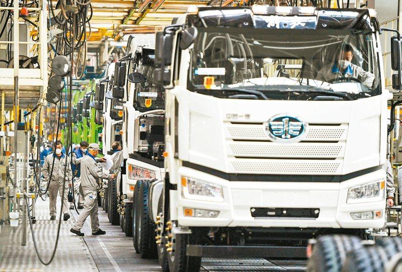 2020年一季度,一汽解放累計生產整車超9萬輛。圖為在一汽解放長春生產基地總裝車間,車輛等待接受出廠檢驗。 (新華社)