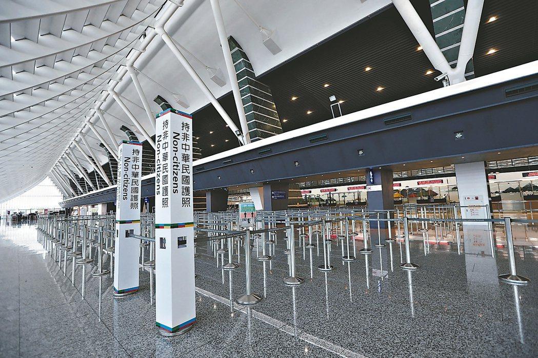 受到新冠肺炎疫情影響,桃園機場前天第一航廈入境旅客人數掛零,入境證照查驗櫃台僅剩...