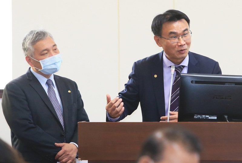 農委會主委陳吉仲(右)昨天在立法院表示,農民退休儲金上路後,不會取消老農津貼。 記者潘俊宏/攝影