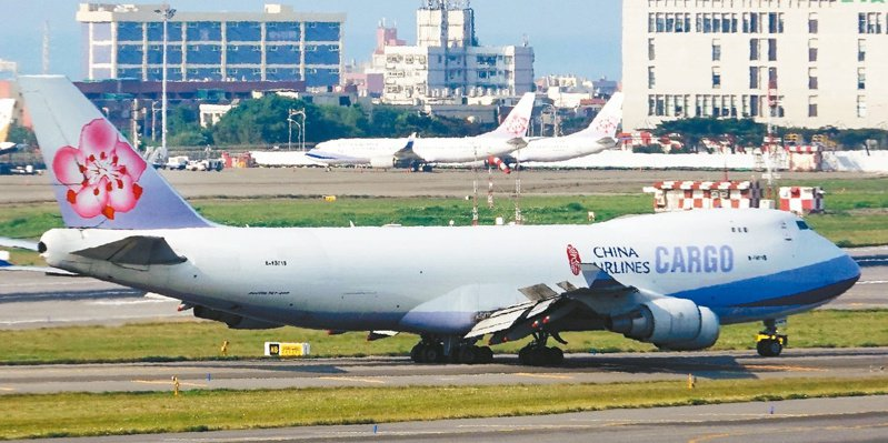 行政院發言人表示,華航改名,因涉及到航權等其他種種因素,不是那麼簡單。 圖/聯合報系資料照片