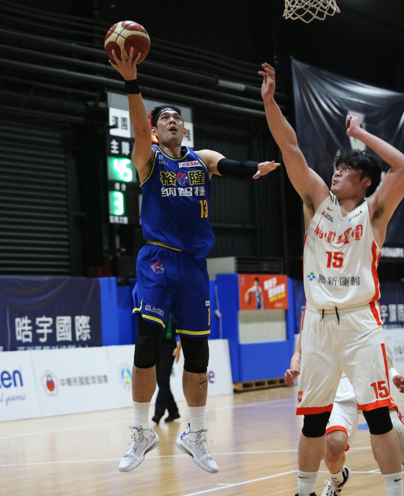 呂政儒(左)進攻。 中華籃協提供