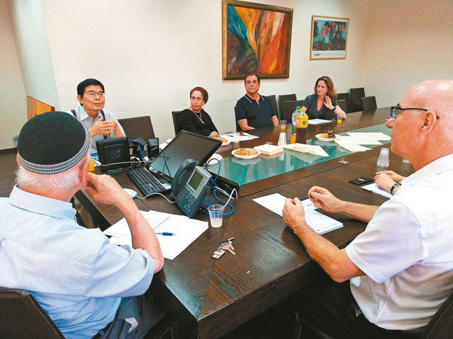 科技部科技參事汪庭安(左二)駐以色列兩年,至今推動六項台以科研計畫,也和當地創投...