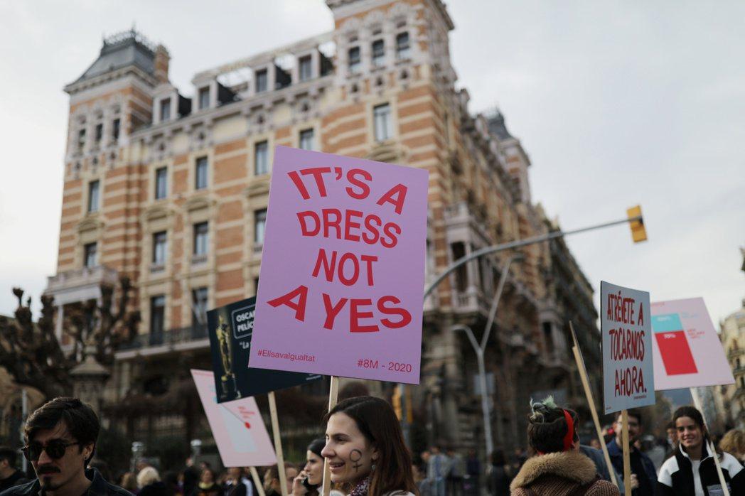 性犯罪中的女性受害人,往往需面對更嚴苛的檢視。攝於2020年3月,西班牙巴塞隆納。 圖/路透社