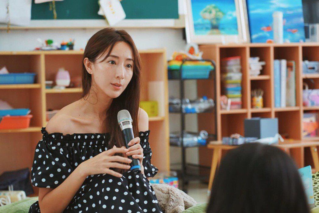 隋棠自發免費到偏鄉地區的小學當講師。 圖/擷自隋棠臉書