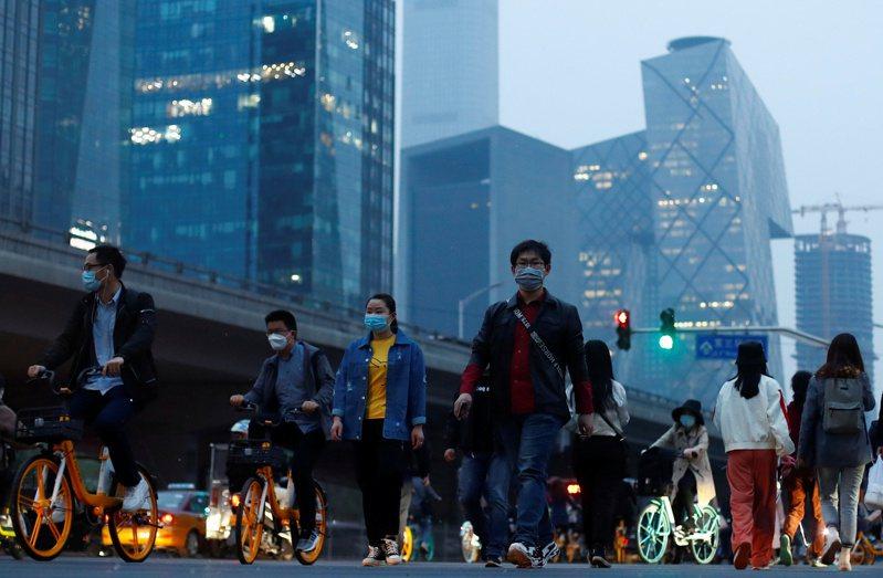 根據計算,世界人口已經突破77億,圖為中國大陸北京市中心一景。圖/路透社