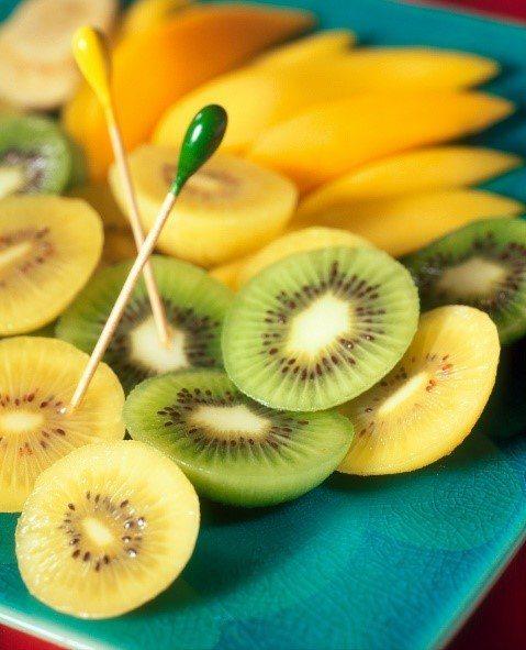 奇異果富含可溶性膳食纖維及水果酵素,幫助消化之外,也能提升健康的腸道環境,多管齊...
