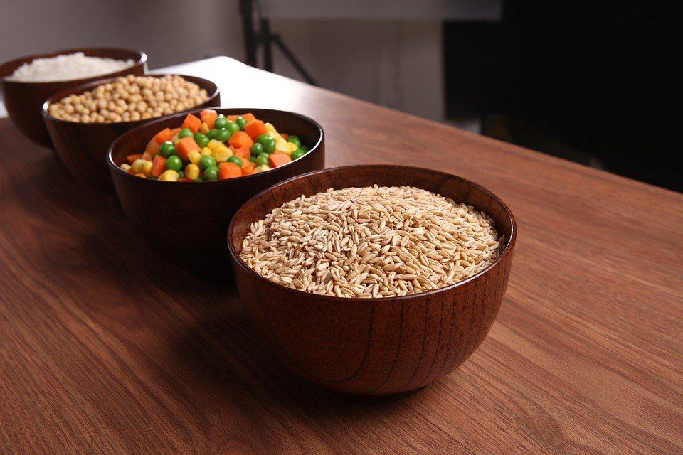 擔心吃蔬食會吃不飽、容易餓的人,邱雪婷建議,選擇纖維質較高的五穀雜糧,以糙米飯、...