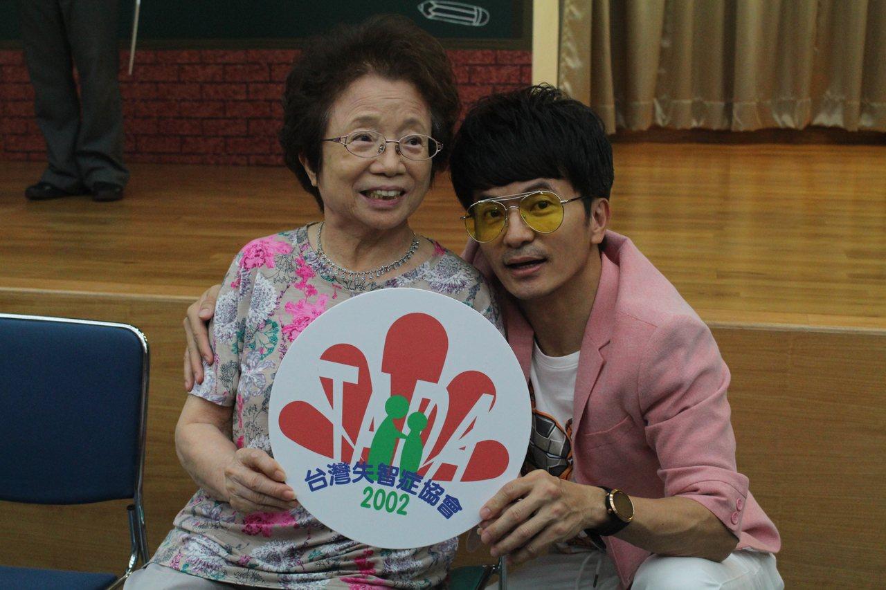 主持人唐從聖(右)家中也有失智症媽媽,確診後開始把自己關在家中,常猜疑、憂鬱,為...