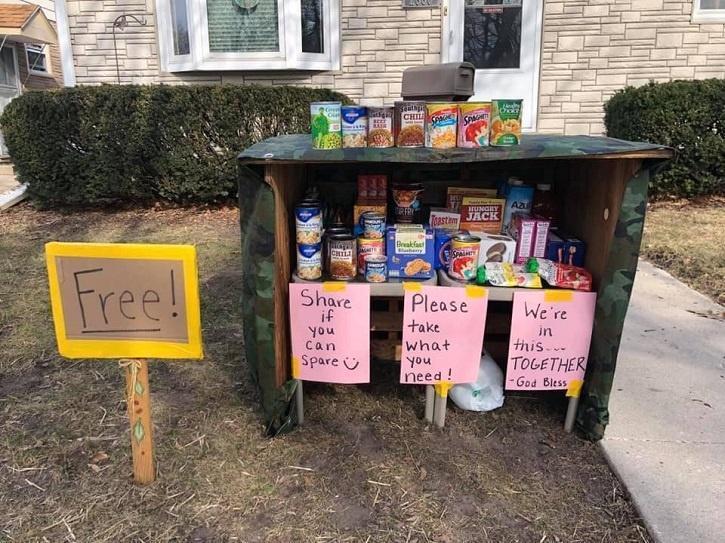 高爾一家在自家庭院中開設了補給站,歡迎各界自由樂捐。圖/Finders