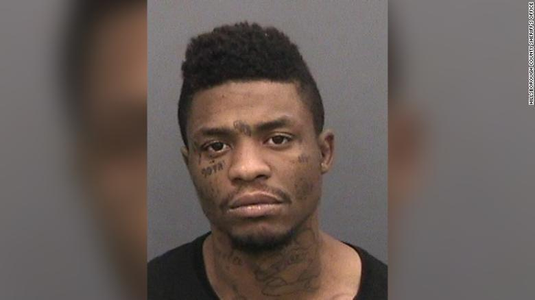監獄因擔心造成群聚感染,便釋放罪行較輕的囚犯,但沒想到一名男子在出獄後,隔天竟因涉嫌槍殺案再度被警方逮捕。圖擷自CNN