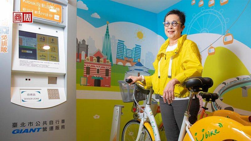 「YouBike之母」劉麗珠介紹著2.0系統與車輛,她表示新系統的車柱功能 只剩停車,設站的施工時間更大幅濃縮到只需一天。(攝影者.郭涵羚)