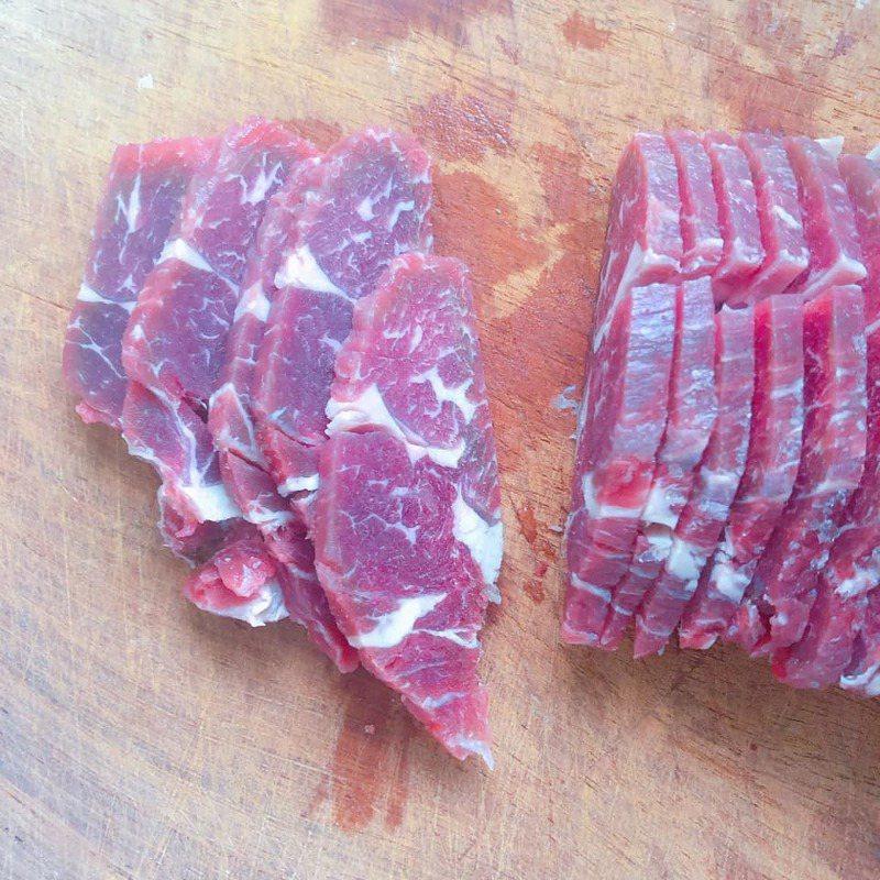 一名女網友買了一塊牛梅花,切肉時發現其中一片肉的形狀竟然激似台灣。圖/翻攝自爆廢公社
