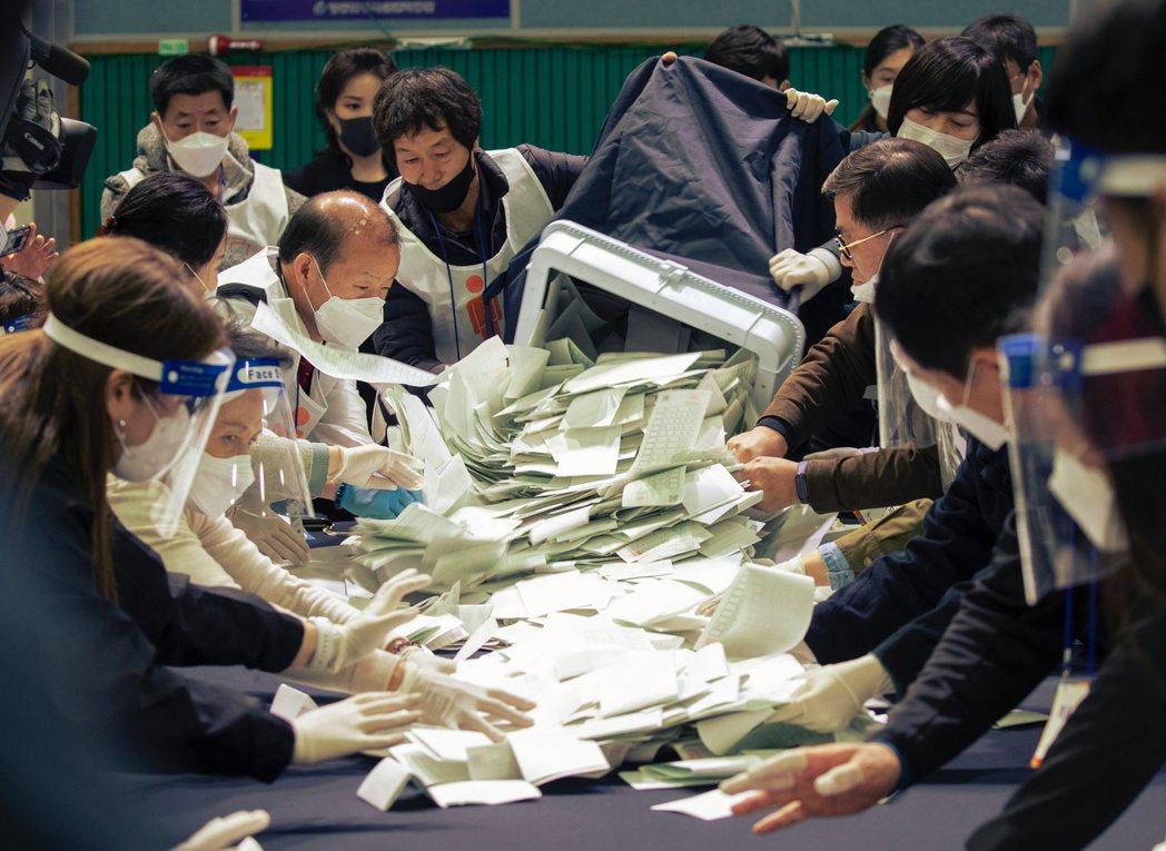 南韓15日在瘟疫中,迎來4年1度國會大選的「命運時刻」。 圖/法新社