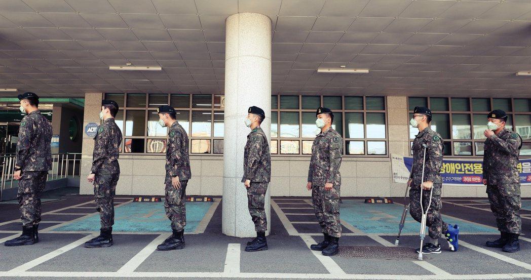 4月10日,提前投票的南韓軍人在排隊中保持「社交距離」。 圖/美聯社