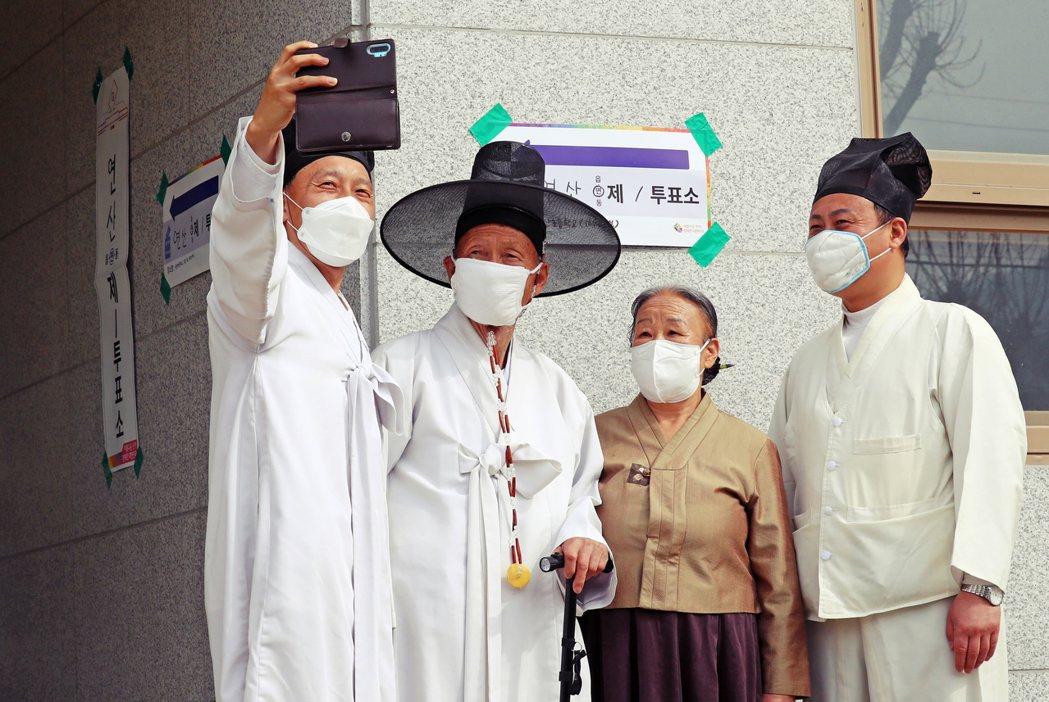 儘管保守派打出「政權審判論」,最後開票結果,南韓主流民意選擇「安定」。圖為南韓投...