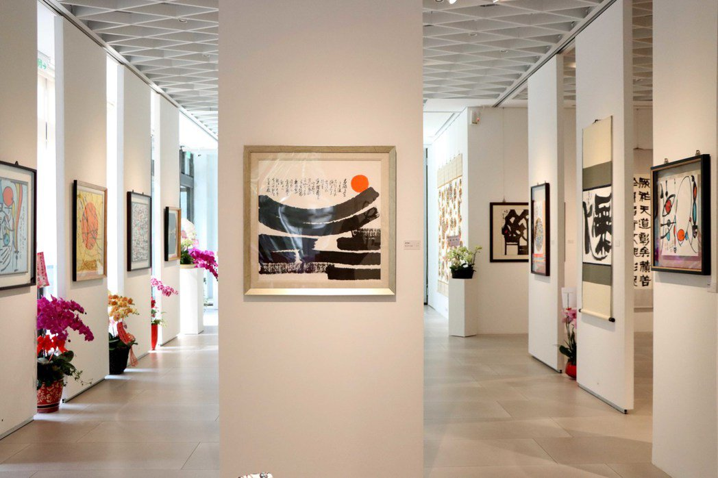 北科大藝文中心坐擁三面大落地窗,光線自然穿透,與展覽作品相得益彰。 北科大/提供