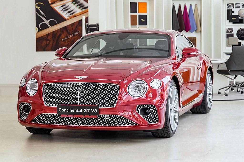 車頭鍍鉻水箱格柵與經典的四圓燈,凸顯Bentley Continental GT...