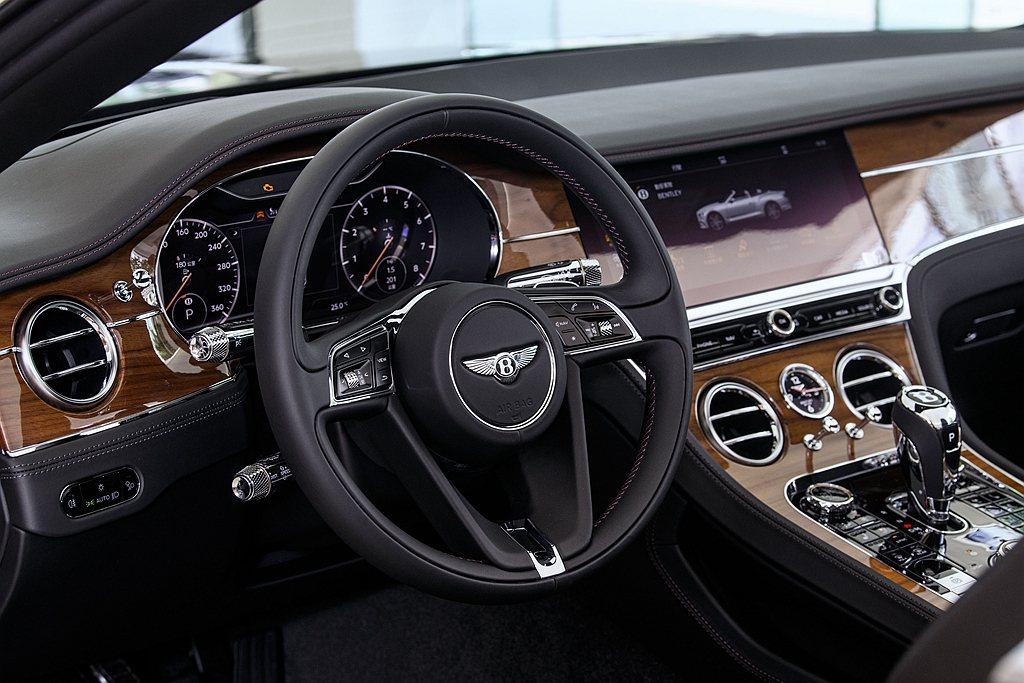 Bentley Continental GT V8內裝環艙飾板標準採高級山紋胡桃...