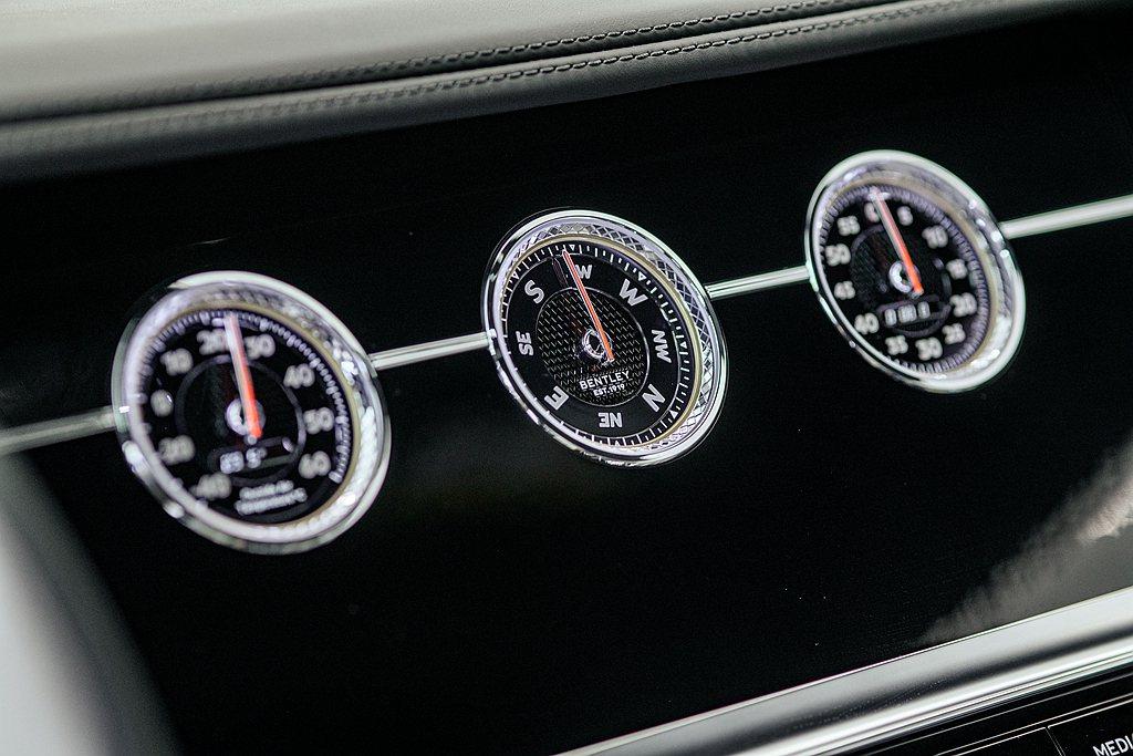 控台螢幕翻轉設計作為選配,可翻轉至顯示車外溫度、羅盤、計時器的「3個獨立錶盤」。...