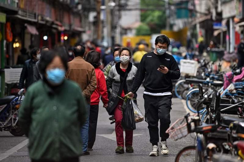 一名網友表示,PTT上一篇新冠肺炎示警文讓他早早做好準備,避免可能被感染風險。 法新社