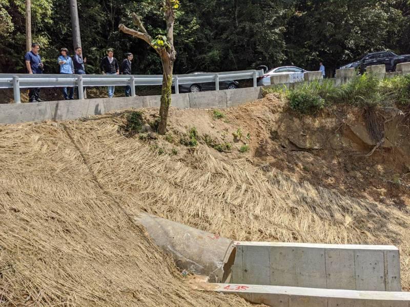 汐止區夢湖路採取生態工法,在邊坡上都鋪上稻草,讓植物也能自然生長,保護溪岸。 圖/觀天下有線電視提供