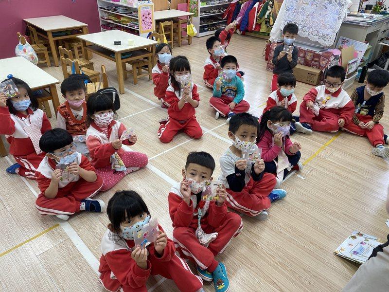萬里幼兒園活化文件夾製作口罩收納夾,孩子們親手自己製作後,不再亂丟口罩。 圖/紅樹林有線電視提供