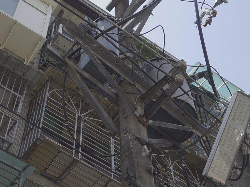 三重區仁愛街125巷電桿林立,始終無法完成地下化,新北市議員李翁月娥會勘追進度。 圖/全聯有線電視提供