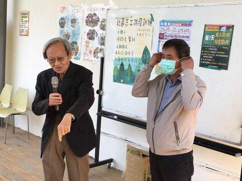 有「小鎮醫師」稱譽的嘉義縣新港鄉開業醫師陳錦煌(左),發起全國社區防疫行動聯盟,期超前部署,防止社區感染。圖/取自陳錦煌臉書