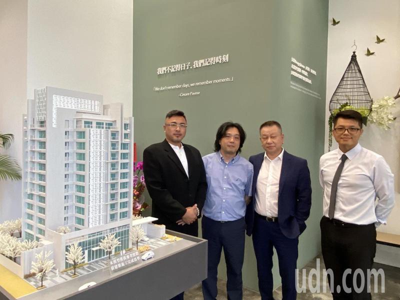 碧國建設總經理蘇偉誠(左一)是營造業的第二代,希望透過營造業延伸觸角,為父母圓夢,首案「碧國時雍」銷售達三成。記者趙容萱/攝影
