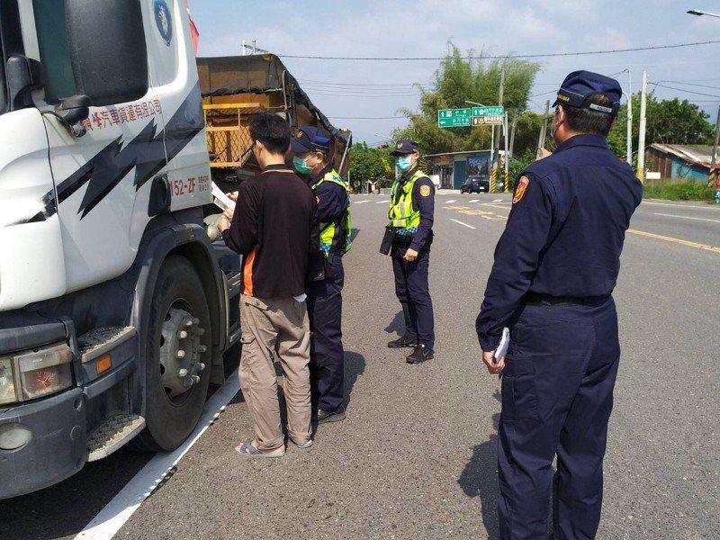 台南市白河警分局加強取締超載砂石車。圖/白河分局提供