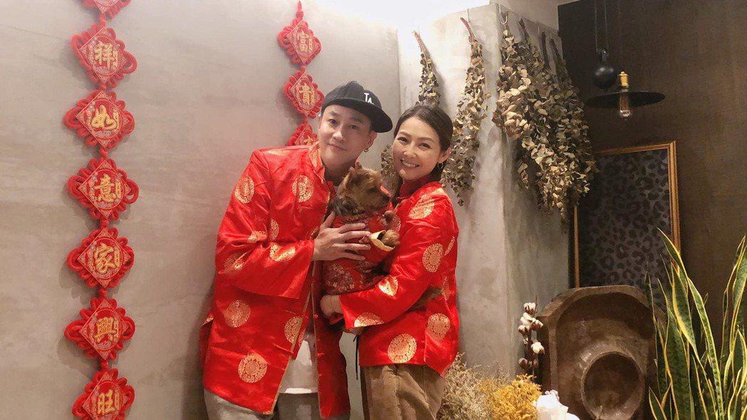 何潤東老婆Peggy(右)為她打理投資副業,一家三口常在SPA館當活廣告。圖/摘...