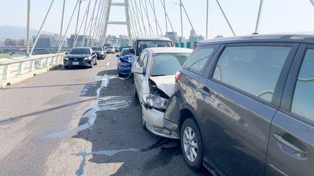 麥帥二橋今早6台車連環撞 轎車尾嚴重凹陷幸無人傷