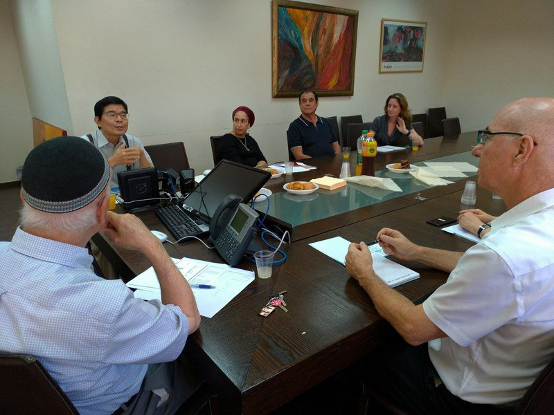 科技部科技參事汪庭安(左二)駐以色列兩年,至今推動六項台以科研計畫,也和當地創投、民間企業交流。圖/科技部提供